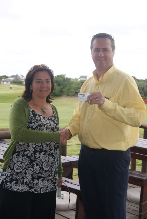 Makro Marketing Manager for Port Elizabeth, Ralph Kuhn, hands the R15 000 gift card to Shelley Donladson of FSFFRS.