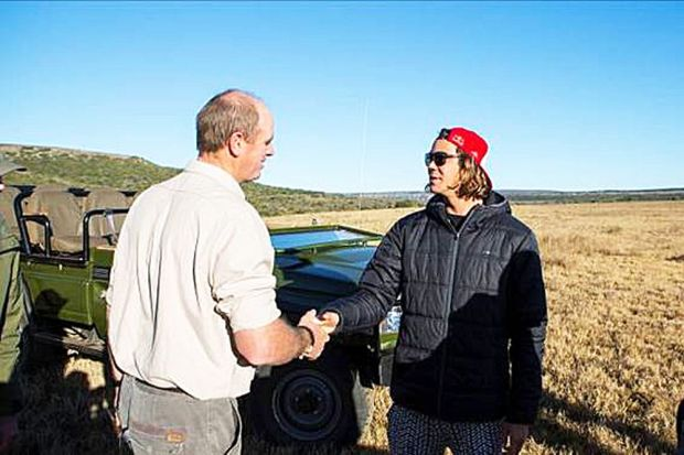 Jordy Smith meets wildlife vet and Chimpembere trustee Dr William Fowlds. Photo credit: ASP / Kirstin Scholtz