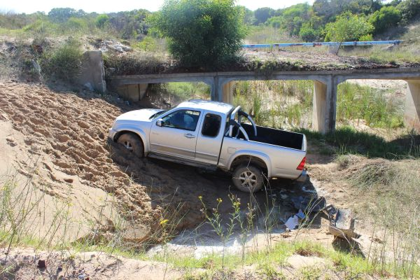 car goes off sand river bridge 003