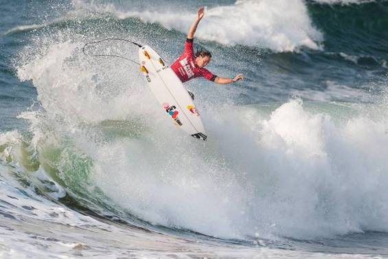 Caption: Jordy Smith (Durban) in full flight at Surfers Beach in Ballito    Photo: WSL / Cestari